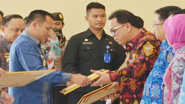 Gubernur Beri Penghargaan Kinerja Bupati Lampura
