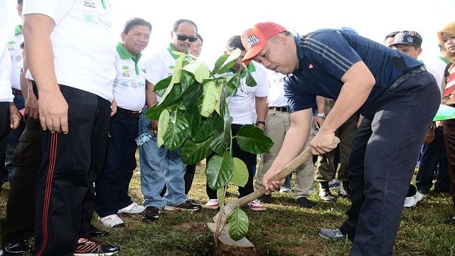 Umar Ahmad Tanam Pohon Pringati Hari Lingungan Hidup Sedunia
