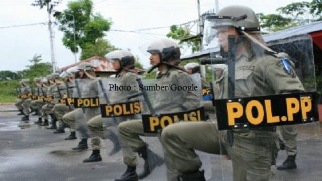 Pol PP Segel Toko-Toko di Lampung Tengah