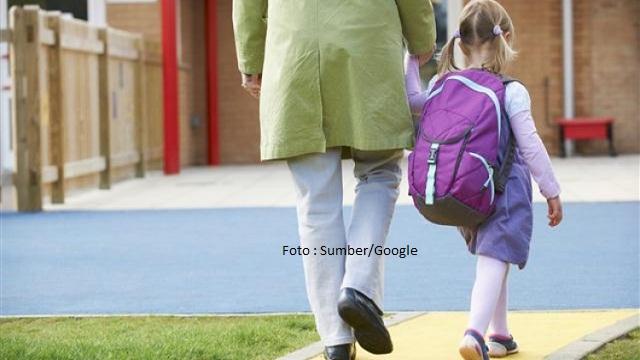 Hari Pertama Sekolah, Orang Tua Antar Anak Sekolah