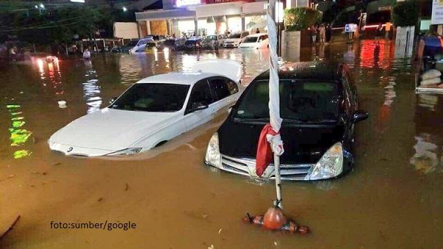 Banjir di Kemang Sebabkan Tembok Warga Jebol