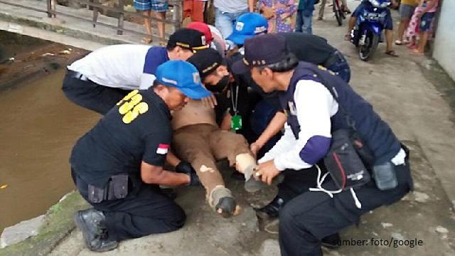 Dinsos Jaktim Evakuasi Manusia Kolong Jembatan PGC