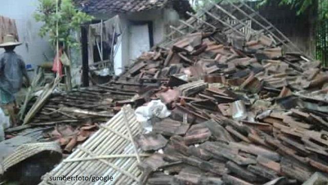 Angin Puting Beliung Hancurkan Pemukiman Warga