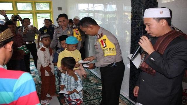 Polres Lambar Santuni 40 Anak Yatim Piatu
