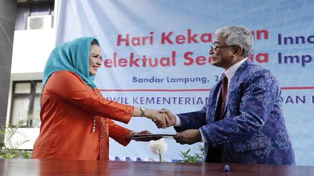 Aprilani Yustin Ficardo Terima Penghargaan Tokoh Wanita Penggiat Intelektual Di Lampung